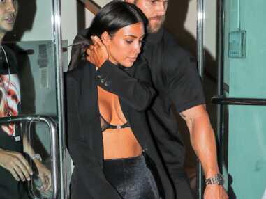 Kim Kardashian ose un décolleté incendiaire, un photographe en tombe à la renverse