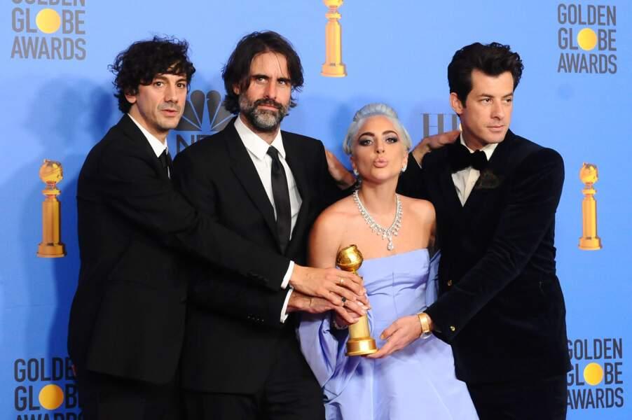 Lady Gaga célèbre son prix en équipe