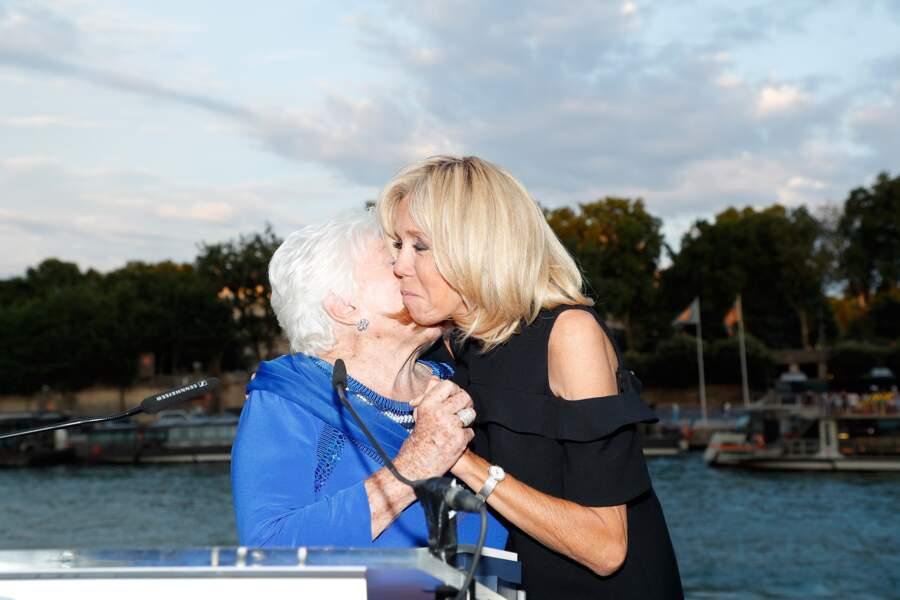 Grande complicité entre Line Renaud et Brigitte Macron