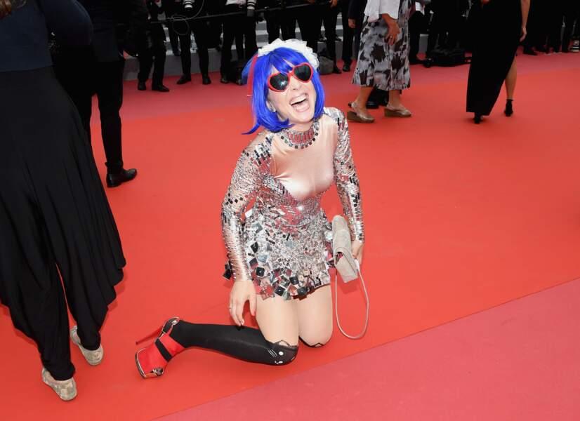 La chanteuse Marie Parie, hilare après sa chute
