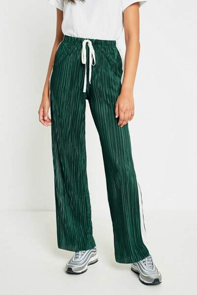 Pantalon large plissé vert foncé et ivoire, Light Before Dark chez Urban Outfitters, 51 euros