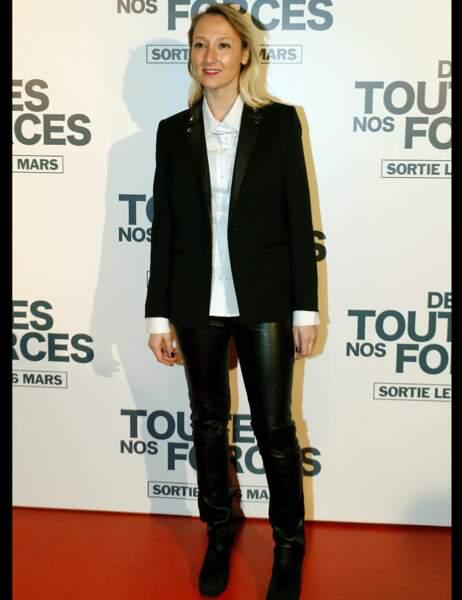 Audrey Lamy en pantalon de cuir