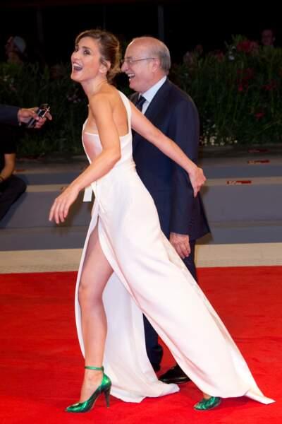 Présentation de L'insulte à la Mostra de Venise : Oups, le vent s'est engouffré dans la robe de Julie Gayet