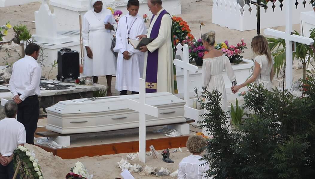 Obsèques de Johnny Hallyday : les proches du chanteur autour du cercueil