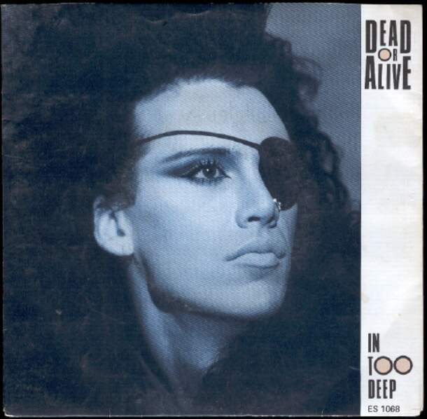 Pete Burns en 1985, sur la pochette d'un disque des Dead Or Alive