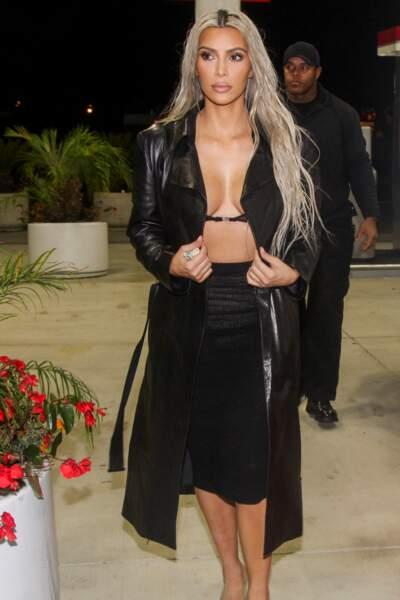 Kim Kardashian fait ses courses en minuscule soutien-gorge transparent