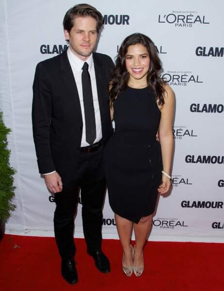 L'actrice America Ferrara en petite robe noire et son mari