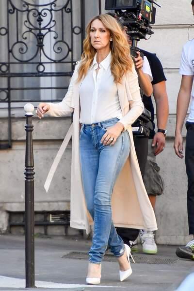 Denim et grand manteau beige : Céline Dion s'inspirerait-elle de Kim Kardashian ?