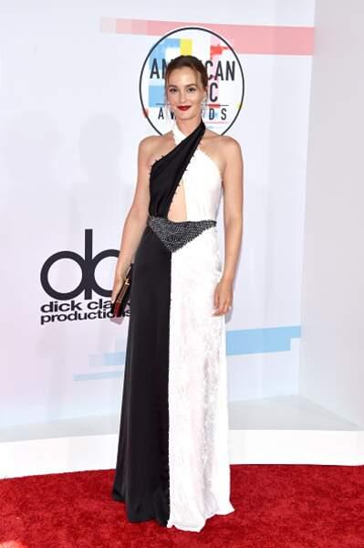 Leighton Meester avec une robe noire et blanche