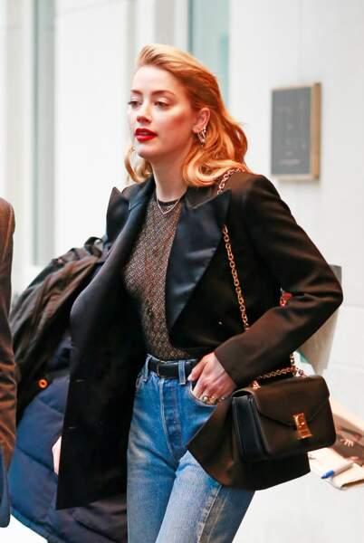 Amber Heard affiche ses seins et ses tétons en pleine rue