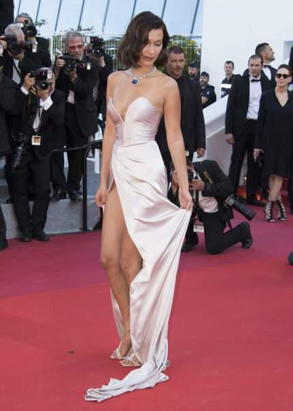 Festival de Cannes 2017 : Bella Hadid enflamme la Croisette dans sa robe rose pâle