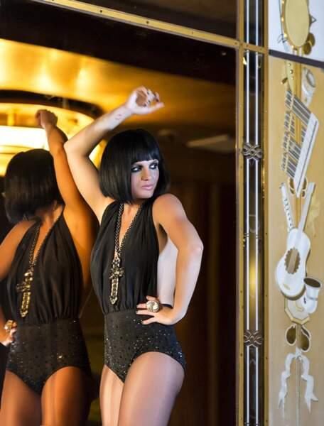 Britney Spears, brune, en plein jeu de miroirs