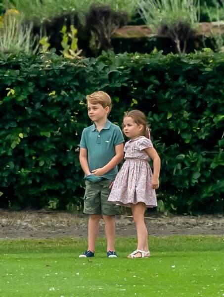 George et Charlotte sur le bord du terrain lors du match de polo de son père à Wokingham, mercredi 10 juillet