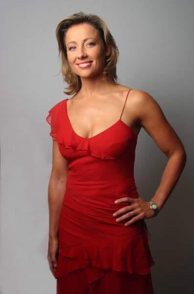Retour sur l'évolution look d'Anne-Sophie Lapix : en 2007 avec une surprenante - et flamboyante - robe flamenco