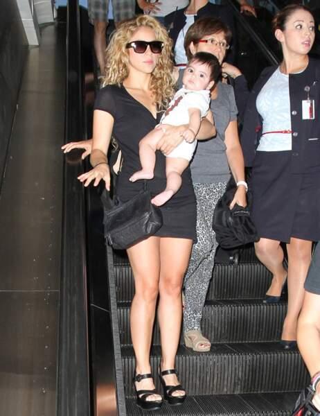 Habitué des voyages, Milan a opté pour les bras de maman dans les escalators