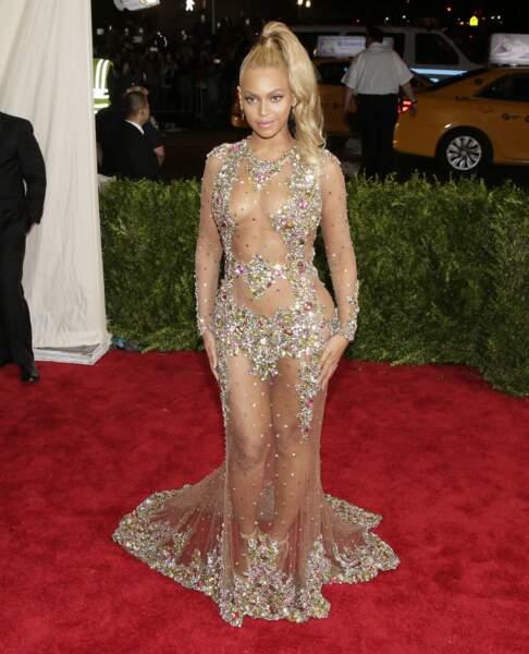 On vous propose un 360° histoire de ne rien louper de la tenue de Beyoncé