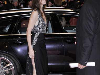 Charlotte Gainsbourg en montre trop dans sa robe fendue