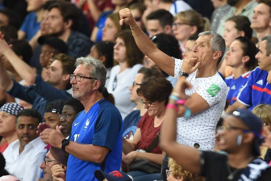 Totalement investi, Nagui siffle pendant ce match de quart de finale où la France a lutté contre les Etats-Unis