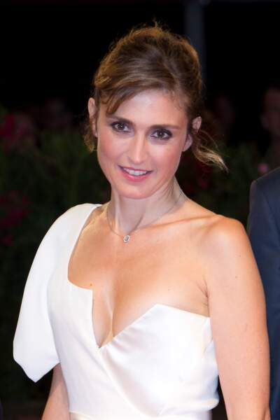 Présentation de L'insulte à la Mostra de Venise : Julie Gayet très sexy en Vivienne Westwood Couture