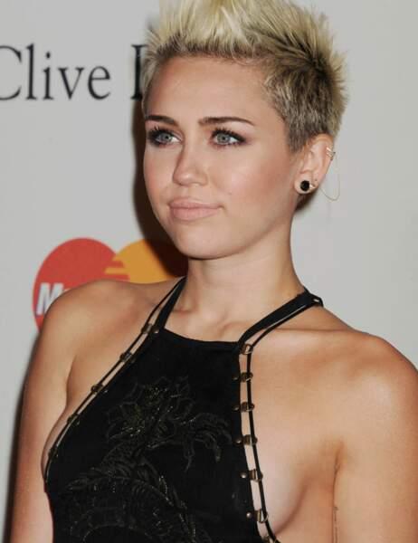 Miley Cyrus, définitivement allergique au soutien-gorge