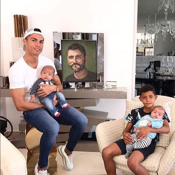 Rétro 2017 - les naissances : Cristiano Ronaldo (par mère porteuse) : des jumeaux, Mateo et Eva