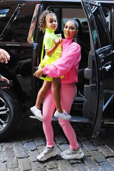 Kim Kardashian en fluo assortie à sa fille North West