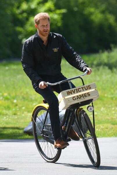 Le prince Harry s'est offert une petite balade à vélo au cours de cette visite officielle