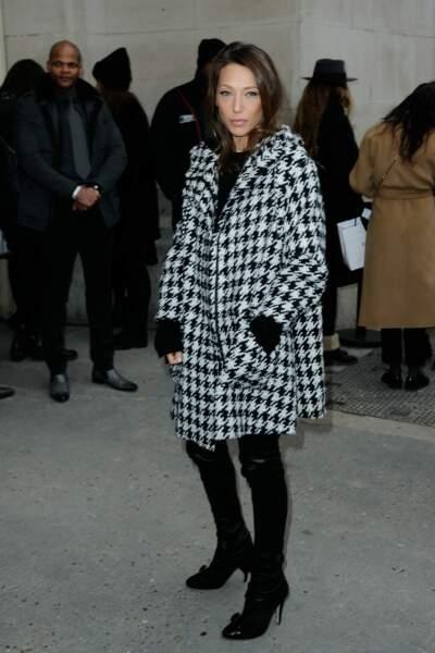 Défilé Chanel Haute Couture : Laura Smet charmante en manteau pied-de-poule