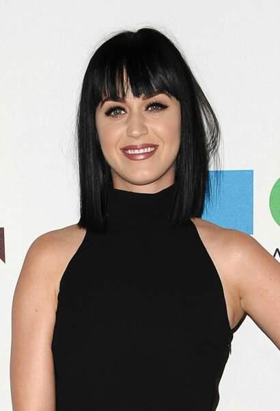 Visage allongé : tentez une frange longue et droite à l'égal de Katy Perry