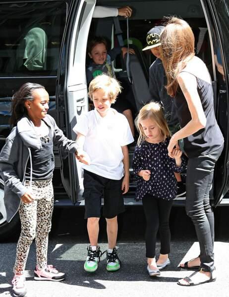 En descendant de leur van, les enfants d'Angelina Jolie semblent heureux