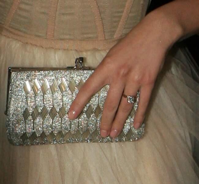 Mai 2008 : Scarlett Johansson dévoile sa bague de fiançailles, ils se marient en septembre 2008