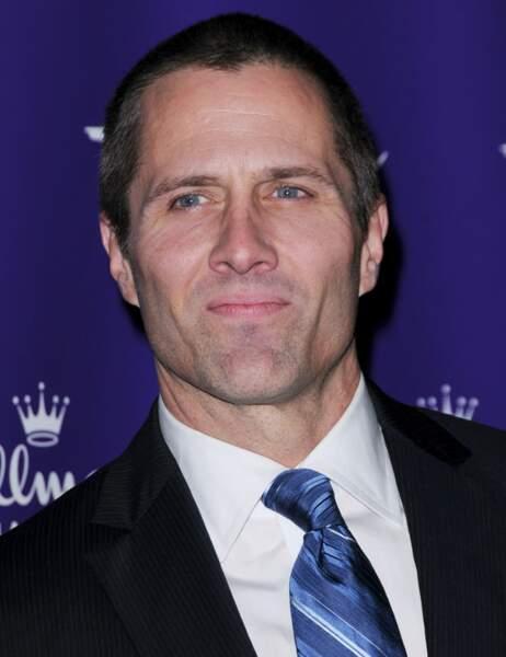 Rob Estes, qui fut marié à Josie Bissett (c'est grâce à elle qu'il a eu son premier rôle dans la série)
