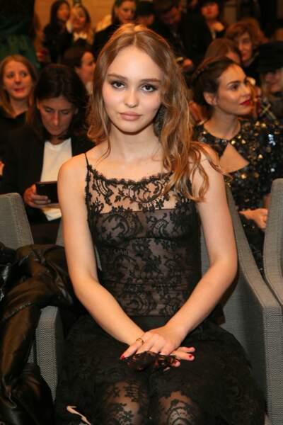 Lily-Rose Depp : trahie par les flashs, elle dévoile ses tétons lors d'un défilé Chanel