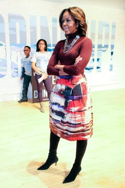 """Michelle Obama stylée : on valide la jupe """"art contemporain"""" associée aux bottes"""