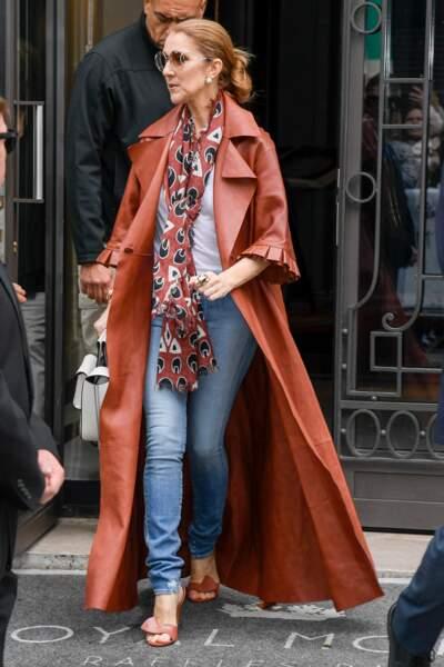 Céline Dion en manteau Off-White (marque de Virgil Abloh, bras droit de Kanye West), foulard Chloé et sac Céline