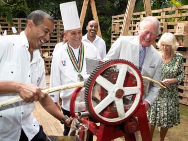 VOICI - Le prince Charles et Camilla Parker Bowles se font des mojitos à Cuba