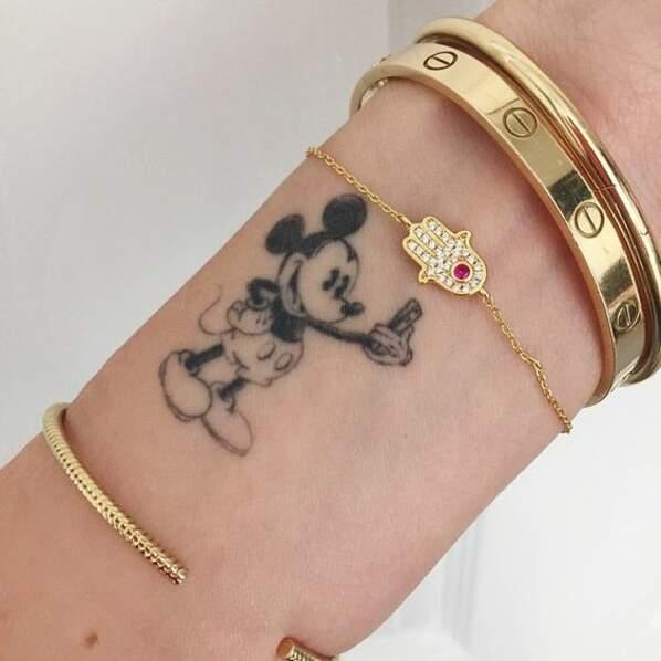 Tatouage poignet : le tatouage Mickey qui prend un selfie de Chiara Ferragni