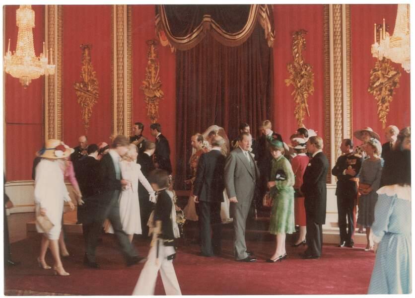 La famille des mariés attendant pour le cocktail, comme dans tous les mariages du monde !