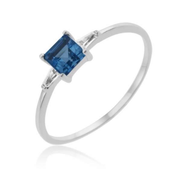 Bague en or gris et cristaux de synthèse bleu et blancs, Le Manège à bijoux, 91,10€