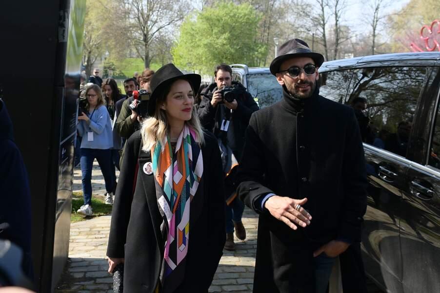 JR et Marion Cotillard aux obsèques d'Agnès Varda au cimetière du Montparnasse