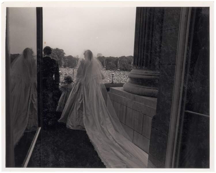Charles et Diana, saluant la foule venue acclamer les jeunes mariés au balcon de Buckingham Palace