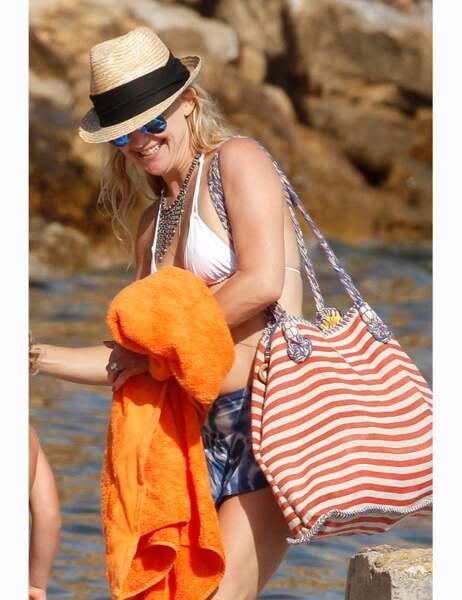 Lookée pour la plage, la belle blonde peut être fière de son bikini body