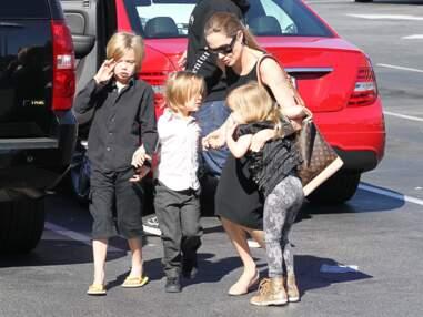 Angelina Jolie avec trois de ses enfants sort d'un magasin de jouets