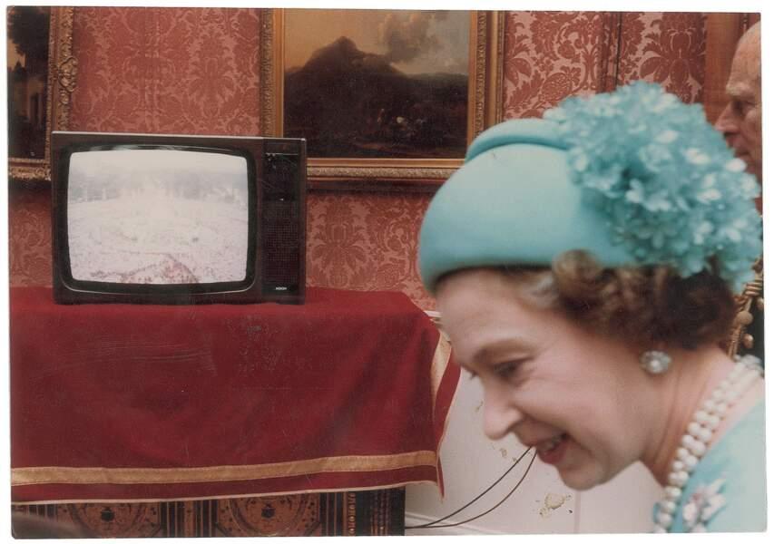 La reine Elizabeth dans les couloirs de Buckingham Palace