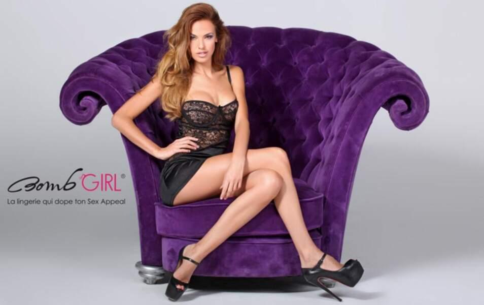 Vanessa Lawrens sur un fauteuil violet