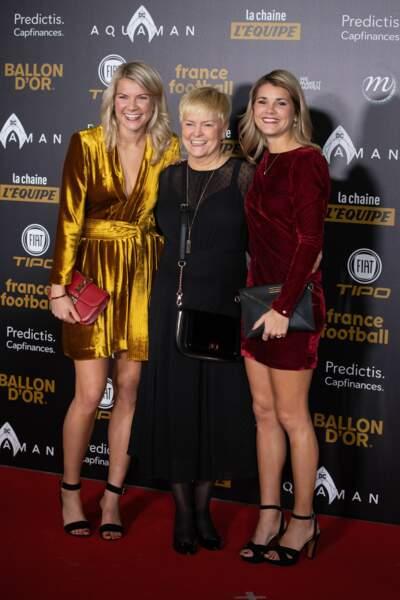 Ada Hegerberg, Andrine Hegerberg et leur mère à la cérémonie du 63e Ballon d'Or