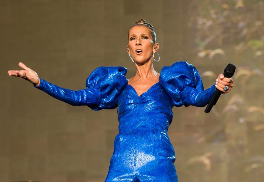 Vétue d'une combinaison bleu électrique à paillettes, la chanteuse était resplendissante