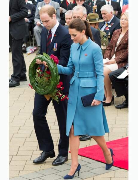 Le couple royal dépose une gerbe