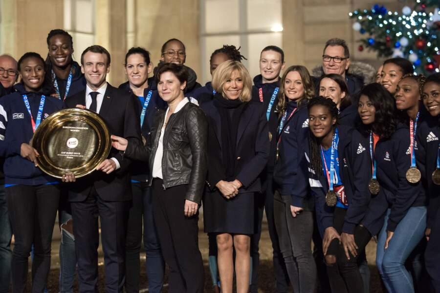 Brigitte Macron canon en robe navy pour recevoir les joueuses de l'équipe de France de handball