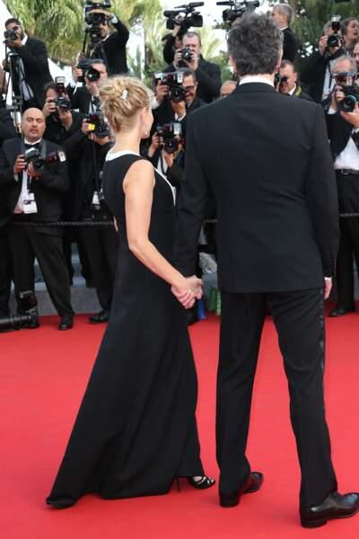 Qui est cet homme qui tient la main d'Emmanuelle Béart ?